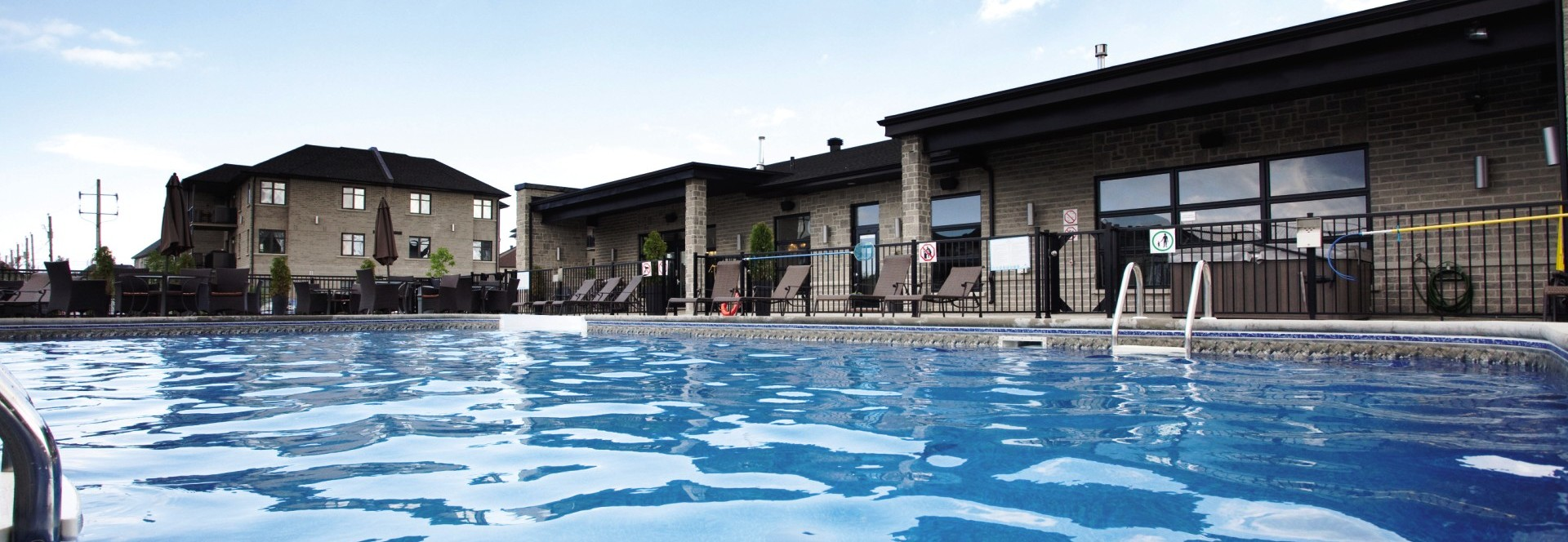 Services de location de condos du grand montr al for Club piscine cure labelle laval